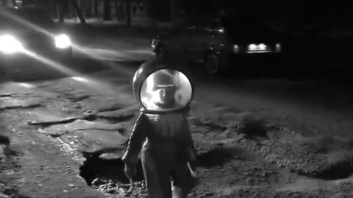 «Легкий троллинг даст ускорение»: в Перми девочка высадилась на «Луну» на улице Карпинского