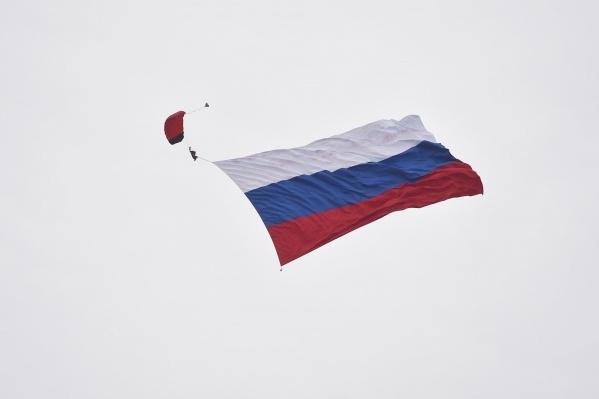 В честь праздникапарашютист прыгнул из самолета с800-метровым флагом России