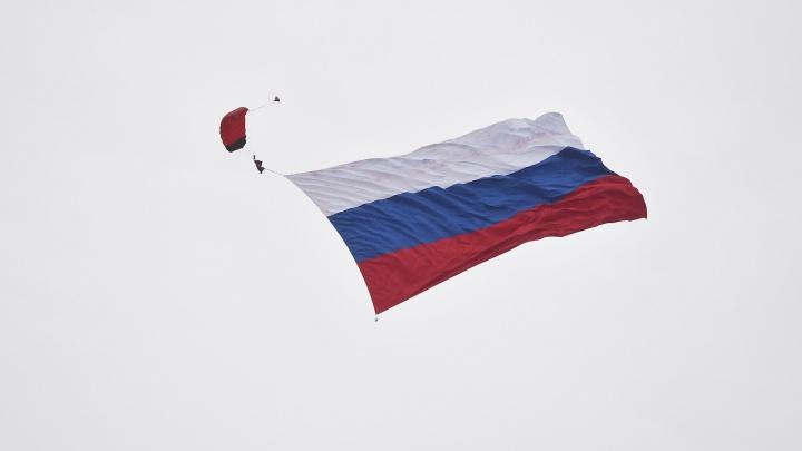 Парашютист с 800-метровым флагом: в Верхней Пышме отпраздновали День Военно-воздушных сил России