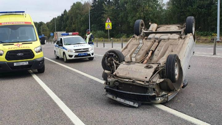 На выезде из Ярославля на ровной дороге перевернулся автомобиль