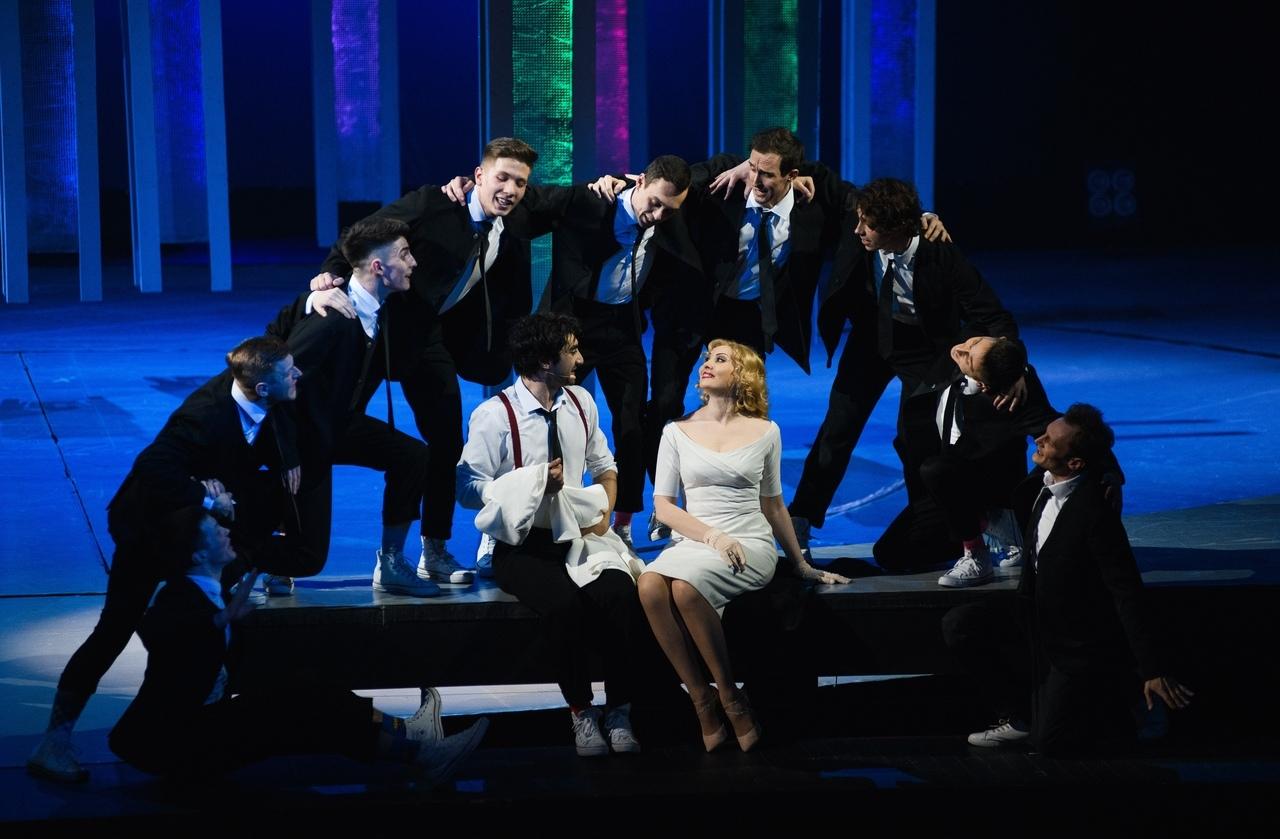Сцена из спектакля «Винил». В центре — Марат Мударисов и Анна Сырчикова