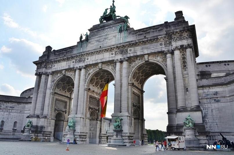 Украшение и гордость бельгийской столицы — Триумфальная арка. Была возведена в 1905 году в 70-ю годовщину независимости страны от Нидерландов