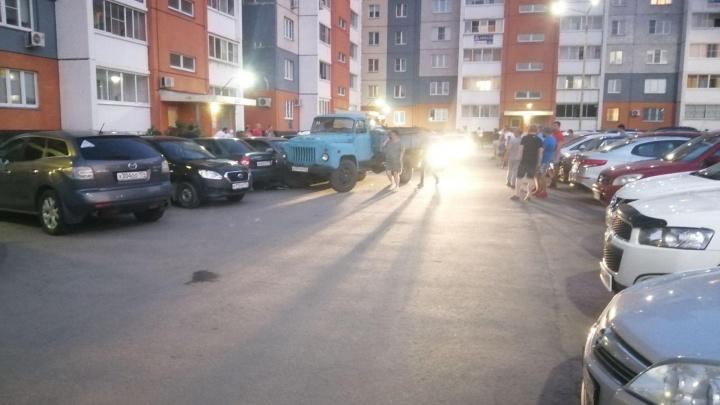 В Челябинске водитель грузовика сбил во дворе женщину и протаранил припаркованные машины