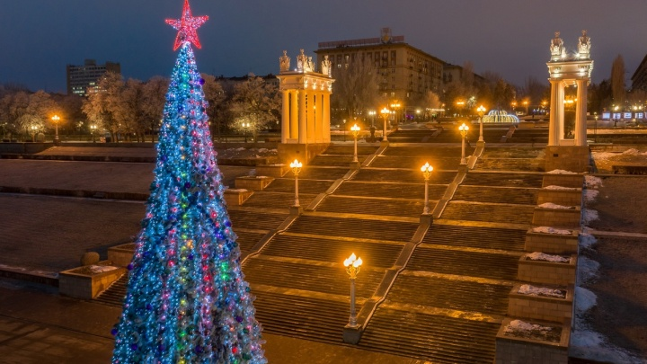 «На часах уже двенадцать без пяти»: смотрим, как украшали Волгоград к Новому году