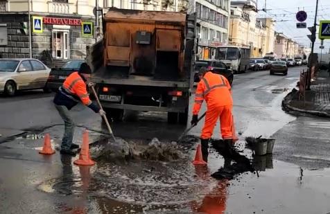 Влажный ремонт: в Ярославле дорожники пожелали удачи автомобилистам