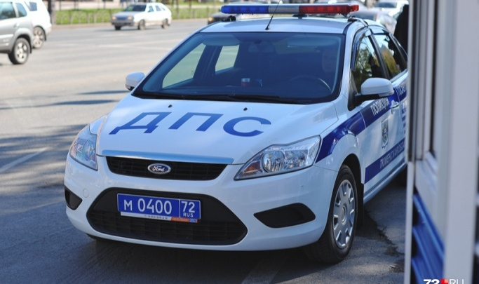 В Вагае пьяный водитель 700 метров протащил застрявшего в окне инспектора ДПС