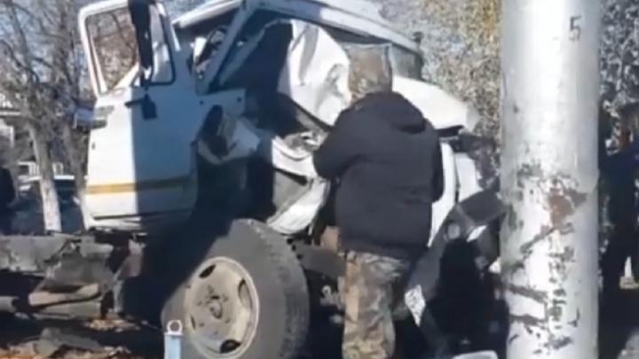 На севере Волгограда перевернулся ассенизационный грузовик