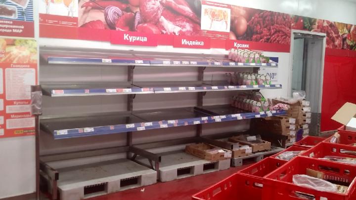 «Два дня как люди обезумели»: смотрим, как пустеют полки в гипермаркете Metro Новосибирска