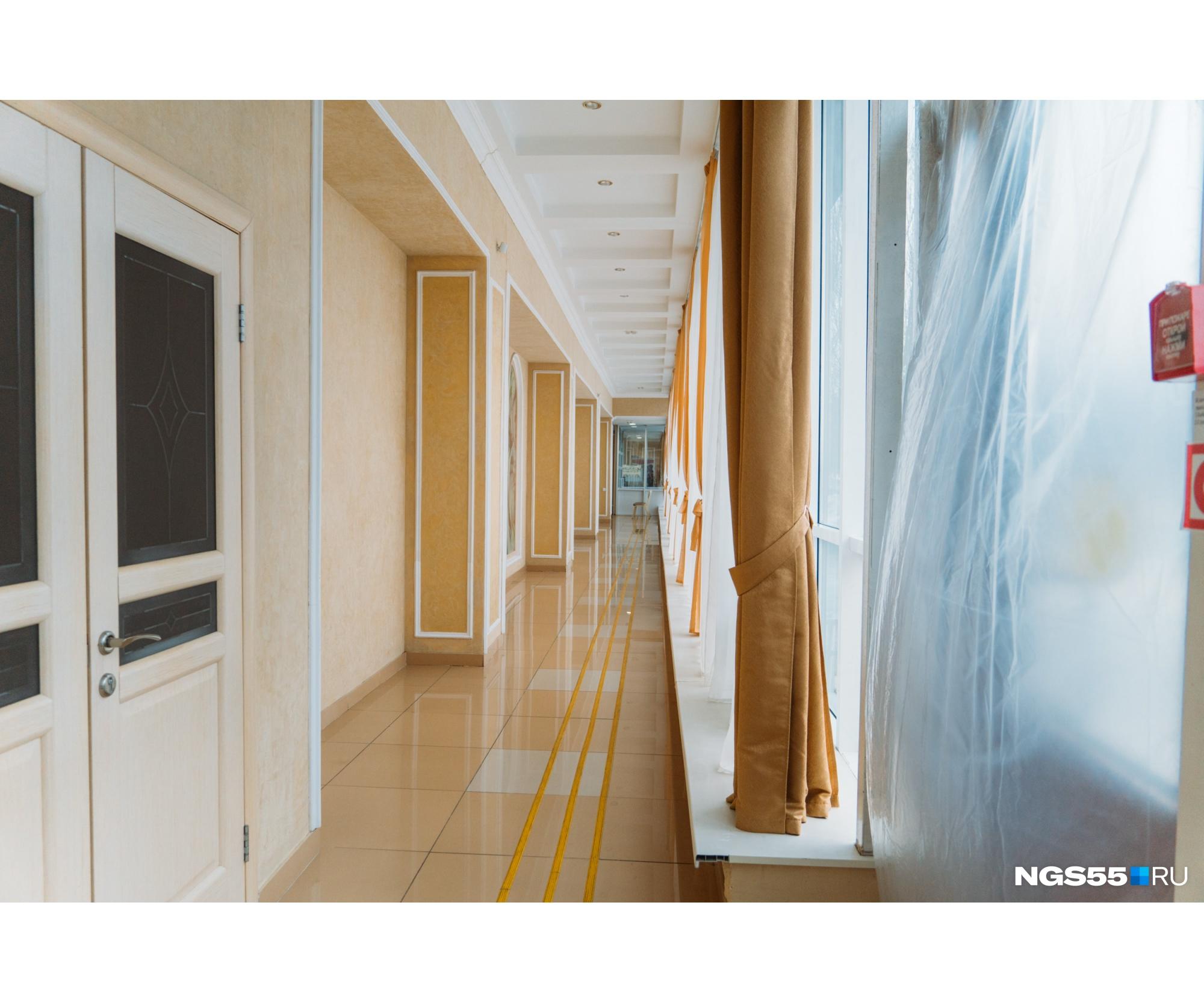 Так выглядит коридор, по которому после торжественной церемонии выходят гости. Дверь на переднем плане — это запасной выход, который открыт в тёплое время года. Сейчас двери затянутыцеллофаном