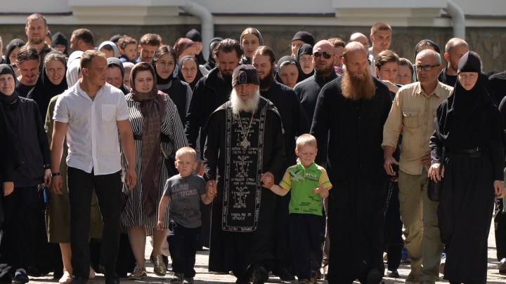 «Дети плакали, отказывались есть»: родители воспитанников монастыря отца Сергия пожаловались на следователей