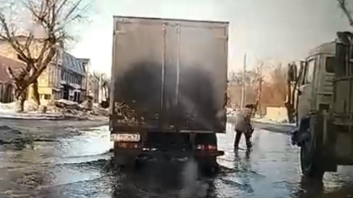 «Бабушка переплывает дорогу»: самарцы показали, как затопило Зубчаниновское шоссе