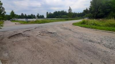 «Автобусы не хотят к нам ехать»: в Ярославле жители умоляют чиновников закидать ямы хотя бы землёй