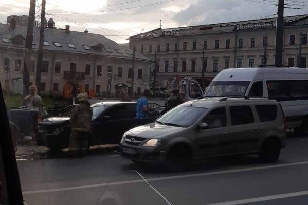 ДТП произошло на площади Богоявления перед выездом на мост через Которосль