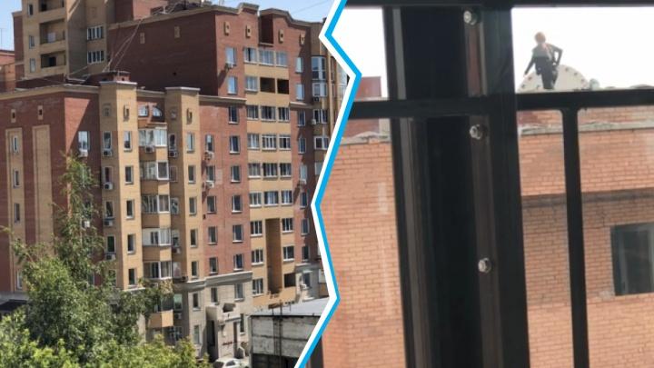 Делают селфи, устраивают пикники: жители центра вызвали полицию из-за подростков, облюбовавших крышу