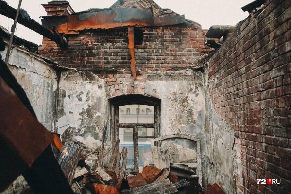 Здание находится в плохом состоянии. Доступ в него был открыт, поэтому в нем часто ночевали бездомные