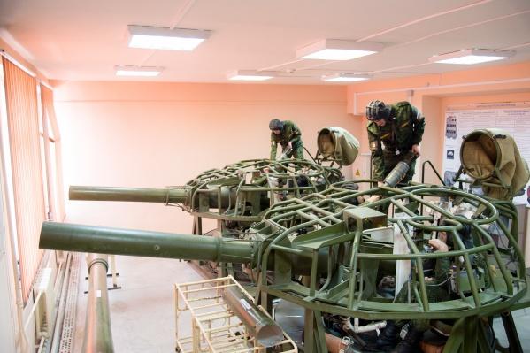 В Военном учебном центре при ЮУрГУ готовят специалистов для войск связи, службы защиты государственной тайны Вооруженных сил России, специалистов для танковых, ракетных войск и артиллерии