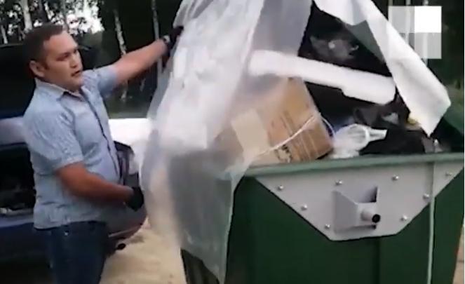 Челябинец, возмущённый переполненным мусорным баком, отвёз его к дверям управляющей компании