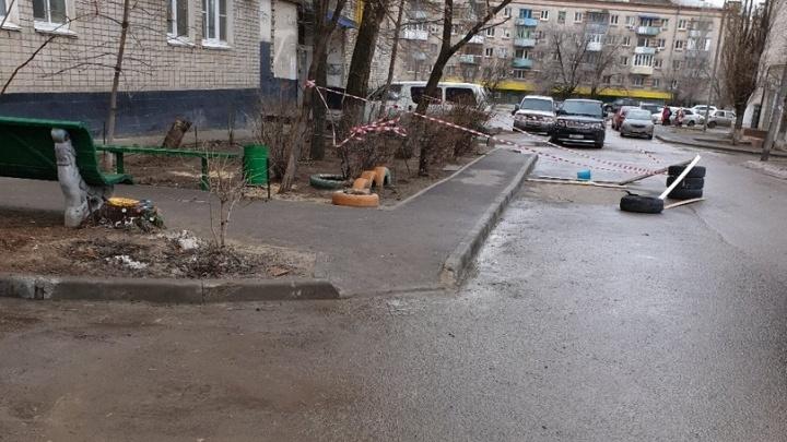Спасибо, хоть огородили: на севере Волгограда провалилась внутриквартальная дорога