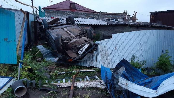 Разнесли забор и перевернулись: под Тюменью двое парней устроили ДТП на угнанном авто