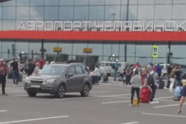 На почту аэропорта пришло сообщение о том, что здание и самолёты заминированы. Всех пришлось эвакуировать