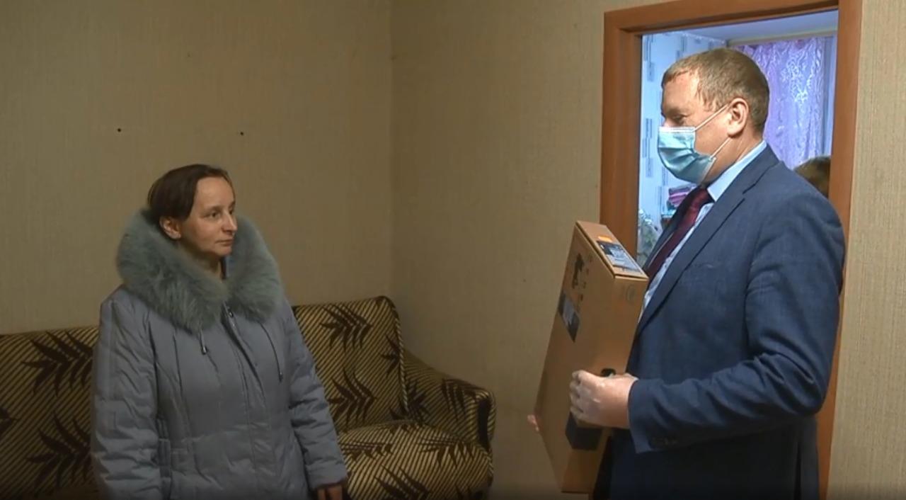 Администрация района подарила семье новый ноутбук