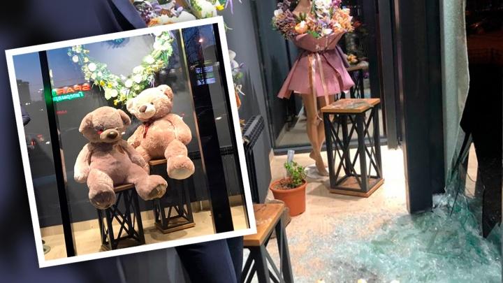«Привет, 90-е!»: в Челябинске разбили витрину цветочного салона и украли больших игрушечных мишек