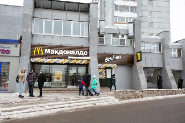 Красноярцы одними из первых попробовали новинку — булочки по улучшенной рецептуре «Лучший бургер»