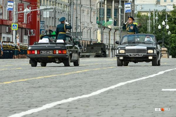 Парад принимают на двух «Волгах» — кабриолетах