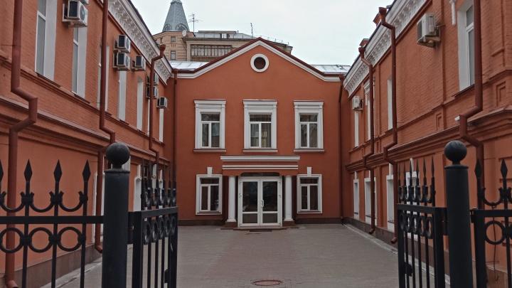 В Омске будут судить мужчину, который вонзил нож в сердце знакомой на глазах у детей