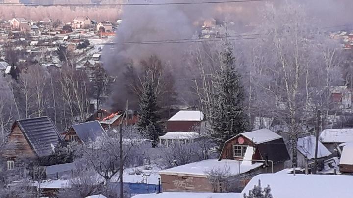 «Крыша уже была сгоревшей, искрились провода»: частный дом вспыхнул в Октябрьском районе