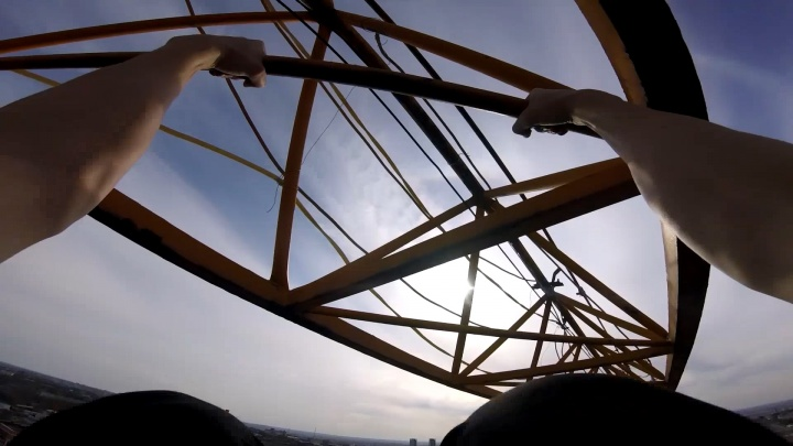 Видео дня. Нижегородец показал, как подтягивался на стреле строительного крана