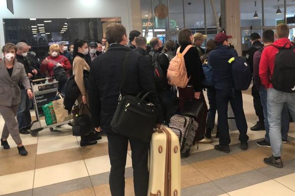 Люди стоят в очереди