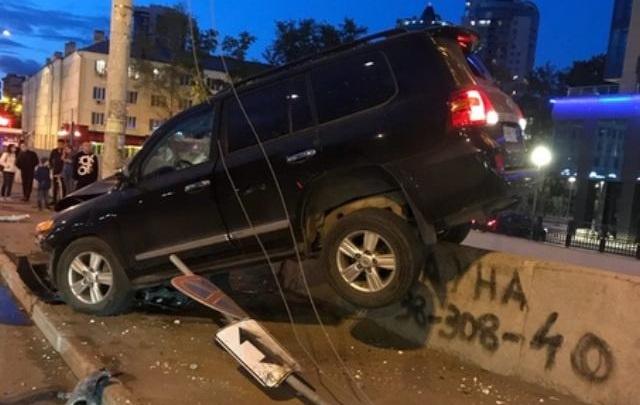 Водитель внедорожника, который повис на ограждении Макаровского моста, был пьян