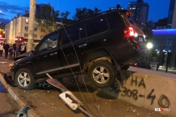 Водителю повезло, что его автомобиль не рухнул с моста