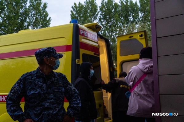 Чтобы положить Навального в машину, медикам пришлось выставлять оцепление