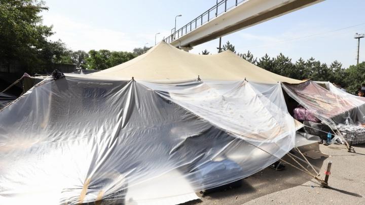 Палаточный лагерь граждан Узбекистана возник у вокзала в Ростове. Там более тысячи человек