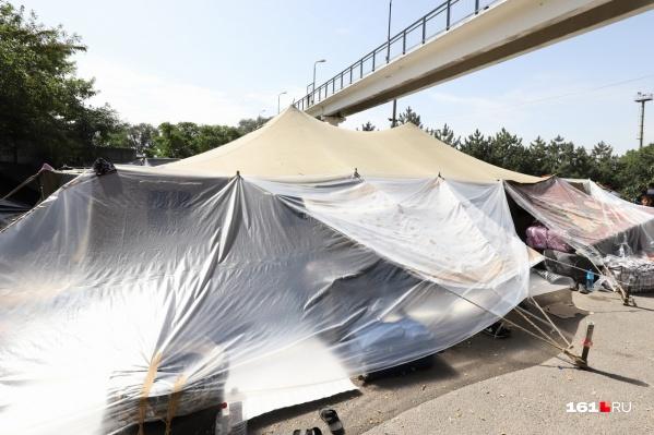 Люди живут в стихийном лагере уже несколько дней