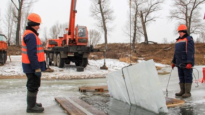 Как на Белой пилят лед: в Уфе начали готовить материал для ледовых городков