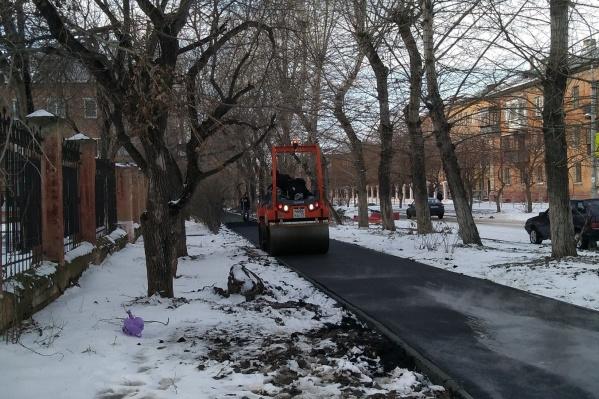 По словам челябинцев, дорожники начали укладку асфальта прямо на снег