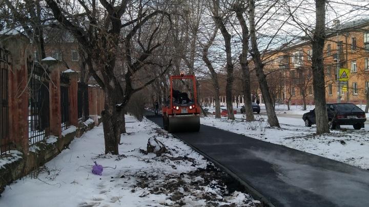 «Всё лето валандались»: челябинцев возмутила укладка асфальта на заснеженный тротуар