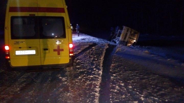 На трассе Тюмень — Ханты-Мансийск перевернулся автобус: водитель был пьян