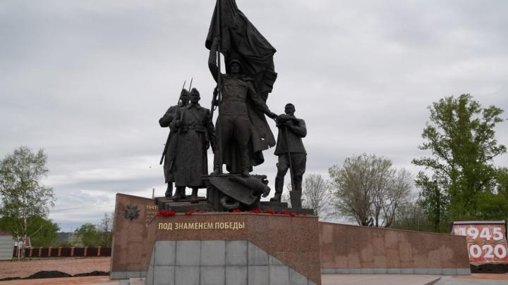 В Свердловском районе к юбилею Победы установили памятник героям