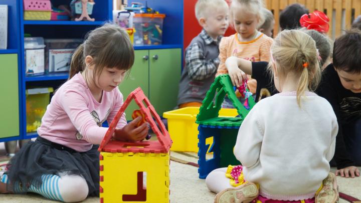 Мамы против воспитателей: стоит ли отдавать ребенка в садик до 3 лет?