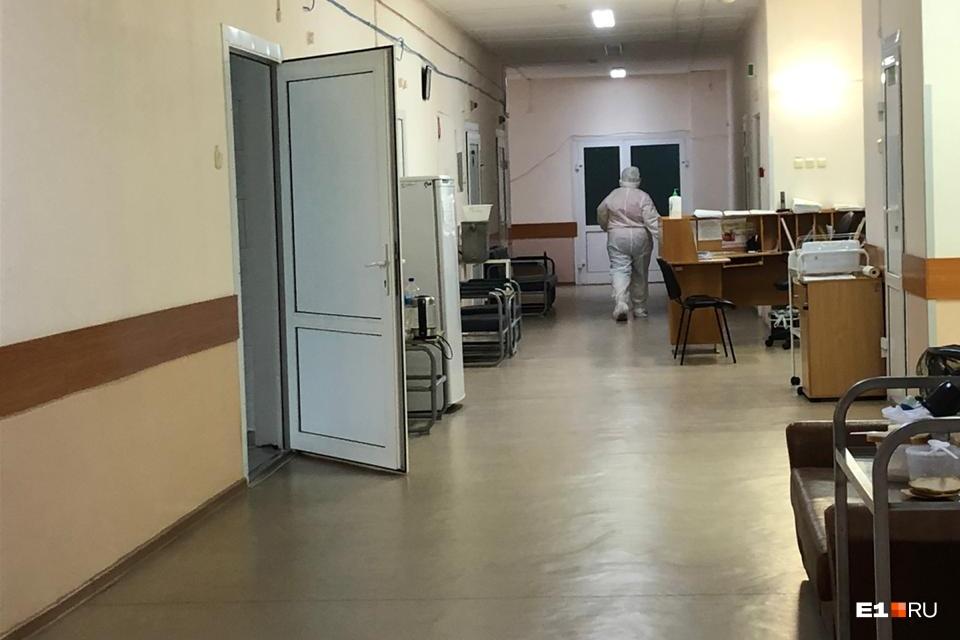 Медики ходят по отделению в полной экипировке СИЗ