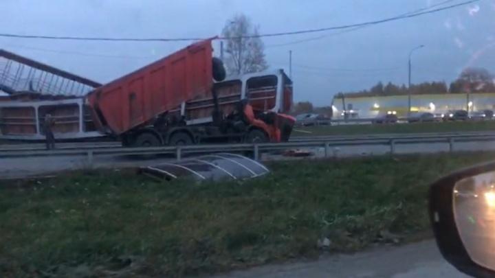 Челябинский тракт перекрыт: пешеходный мост упал на самосвал