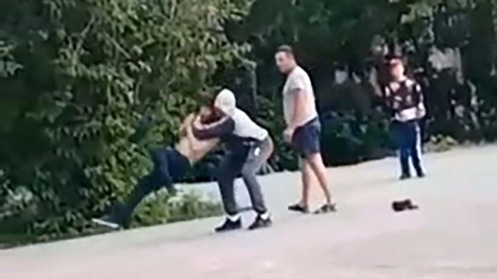 На Урале полиция разбирается в уличном конфликте, где погиб пьяный мужчина. Всё попало на видео