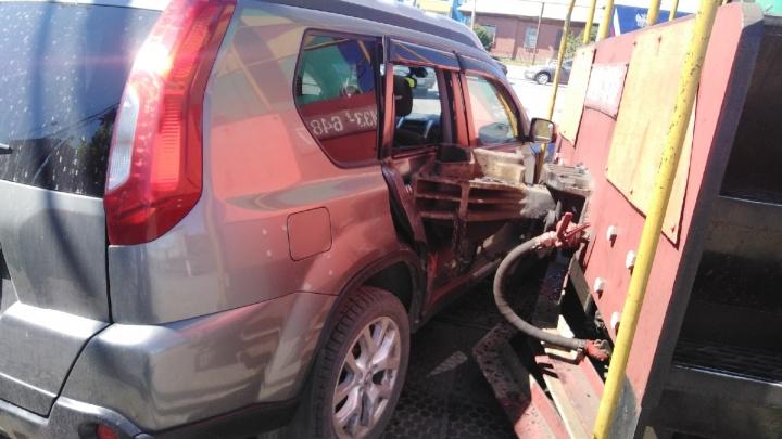 В Кургане на улице Омской столкнулись внедорожник и поезд