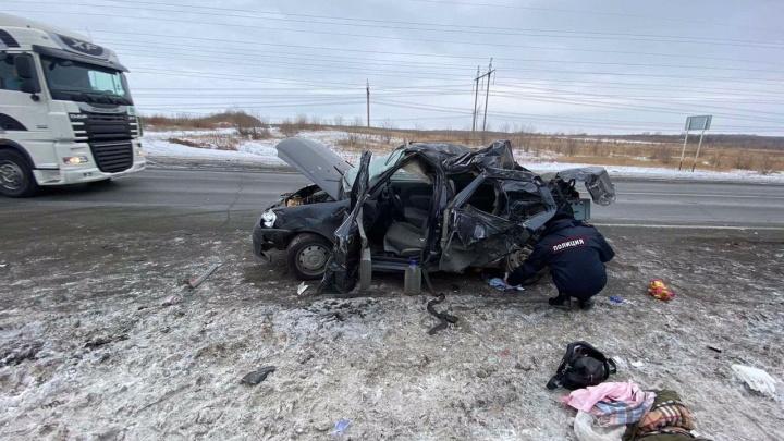 Погиб ребенок: на трассе под Самарой Renault влетел в грузовик