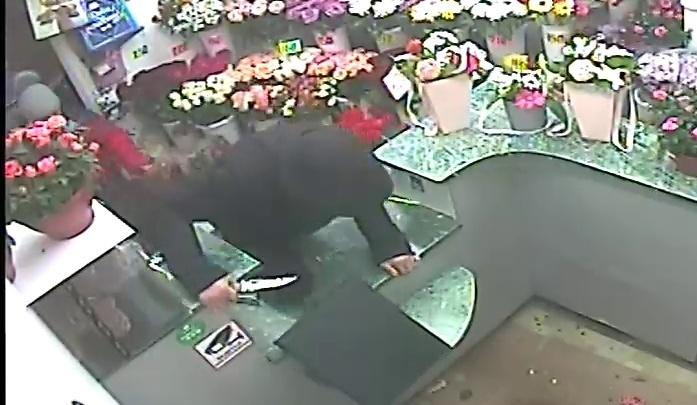 В Асбесте задержали парня, который с ножом напал на продавца цветочного киоска
