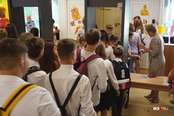 Детям измеряют температуру на входе в школу